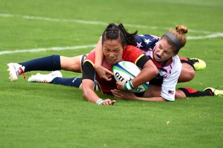Liu Xiaoqian of China (L) scores during the women pool of rugby sevens against the United States at Nanjing 2014 Youth Olympic Games in Nanjing. China won 29-7. (Xinhua/Yan Yan) (yqq)