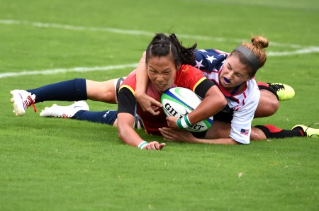 Liu Xiaoqian of China (L) scores during the women pool of rugby sevens against the United States at Nanjing 2014 Youth Olympic Games in Nanjing. China won 29-7. (Xinhua/Yan Yan) (yqq)