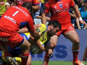 Clermont's Clement Ric scores the first try against Grenoble. Photo: Skysports